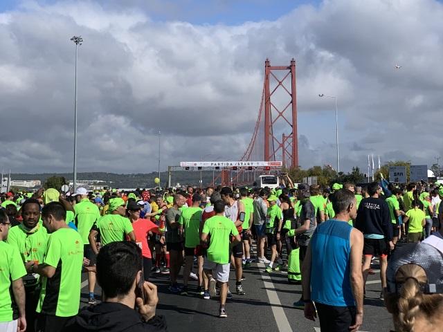 Innan start över Ponte 25 de Abril o Lissabon